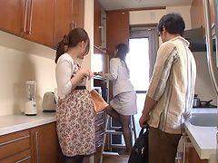 Заботливой Азиатские милашка в сексуальных штанишках получить ее волосатые киски лизали пальцами то на кухне