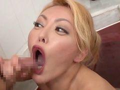 Азиатские ифом получает ее задницу пробурена пальцами то по-собачьи.