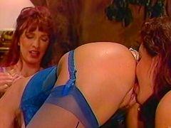 Ангельские лесбиянки на высоких каблуках наслаждаясь навинчиваясь используя массивный Страпон