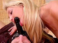 Смотреть кино мужик и тетя девушка мастурбирует член видео на смартфоне